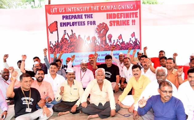 Workers on strike at the Dehu road factory on Wednesday.(HT/PHOTO)