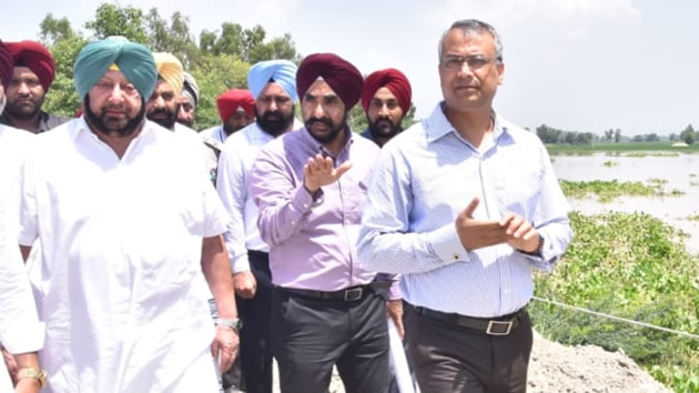 Punjab CM Capt Amarider Singh during an inspection of a flood-affected area in the state, August 22, 2019.(Pardeep Pandit / HT Photo)