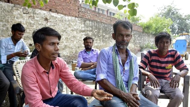 The family workers of the deceased workers talk about the incident.(Sakib Ali/Hindustan Times)