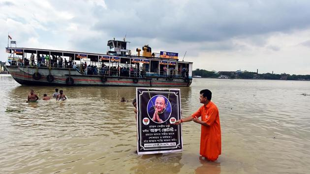 A BJP activist pays homage to former Finance Minister Arun Jaitley on his demise at the age of 66, at Ganga river in Kolkata on Saturday.(ANI Photo)