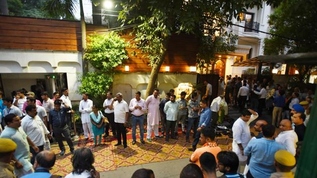 People standing outside to pay tribute to former Minister of Finance, Late Arun Jaitley at his residence in Kailash Colony in New Delhi.(Sanchit Khanna/HT PHOTO)