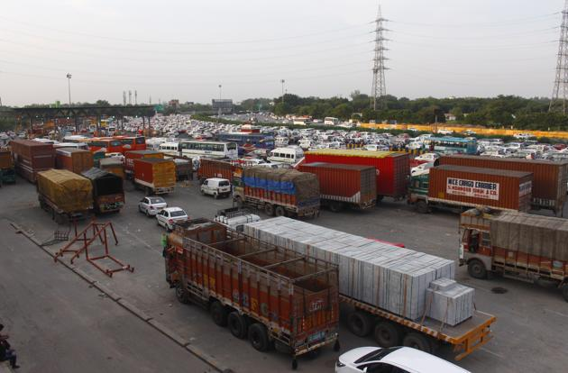 Trucks parked on the Delhi-Gurgaon border at Sirhaul toll plaza. The drivers, during questioning, revealed that they bought these passes from Uber's officer in Sector 29 through the supervisor, said police.(Yogendra Kumar/HT PHOTO)