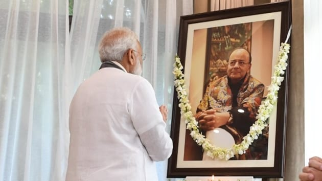 Prime Minister Narendra Modi drove down to former union minister Arun Jaitley's house on Tuesday to pay tributes.(Twitter/@narendramodi)