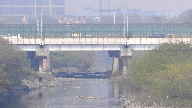 The Shahdara drain passes through Noida sectors 15A, 14A, 14, 15, 16, 16A and 38A and carries Delhi's sewage empties into the Yamuna in Noida.(HT Photo)