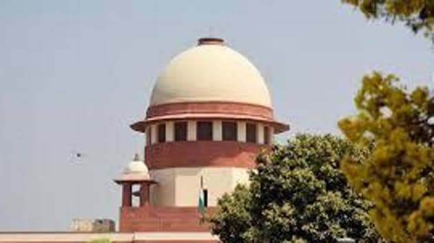 On August 5 and 6, Parliament approved provisions nullifying Article 370, which offered special status for J&K, and Article 35A, under which outsiders were barred from holding government jobs or owning property in Kashmir. The apex court issued notice to the Centre and the J&K administration to reply to the pleas seeking removal of several restrictions imposed in the state, including the communications blockade, that are hampering the functioning of the media, on two petitions, filed by Poonawalla, and Anuradha Bhasin, executive editor of Kashmir Times.(HT FILE)