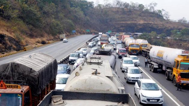 The government has set out to address the confusion caused by the 2010 renumbering of India's 1.32 lakh km long network of national highways that has resulted in a great deal of confusion among commuters.(HT Photo)