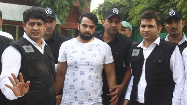 The Special Task Force (STF) Haryana police with gangster Kaushal who was arrested from Indira Gandhi International Airport early morning at Police Commissioner Office in Faridabad.(Yogendra Kumar/HT PHOTO)