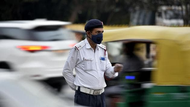 A traffic police wears a mask to protect himself from pollution at Pragati Maidan in New Delhi. Delhi is dealing not just with inequality of access to resources, but also with slow death by breath.(Biplov Bhuyan/HT PHOTO)