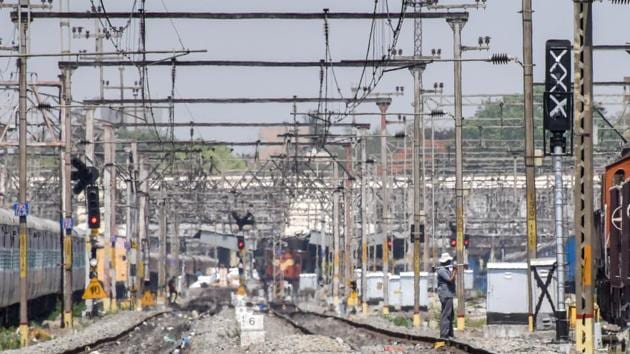 The incidents are related to Nagpur-Pune Express, Hyderabad-Mumbai Express and some local and passenger trains with occupancy of over 95 per cent.(HT/PHOTO)
