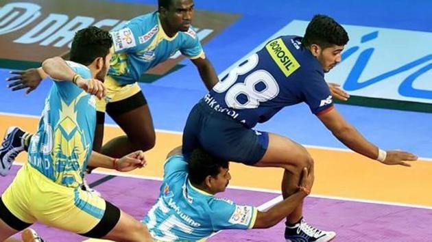 Vikas Khandola tries to evade defenders.(PTI)