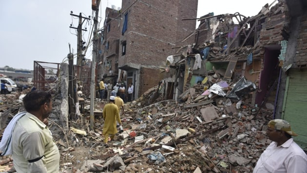 A four-storey building collapsed in Northeast Delhi's Seelampur area Monday night, with fire officials fearing that several people are trapped under the debris.(Sonu Mehta/HT)