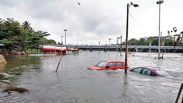 Lo-lying bridges in Pune are close to going underwater on Wednesday.(HT)