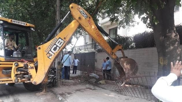 As many as 400 permanent and temporary structures were demolished in Greater Kailash-1 on Wednesday. The drive will be taken up in other south Delhi areas as well, said officials.(Sourced)
