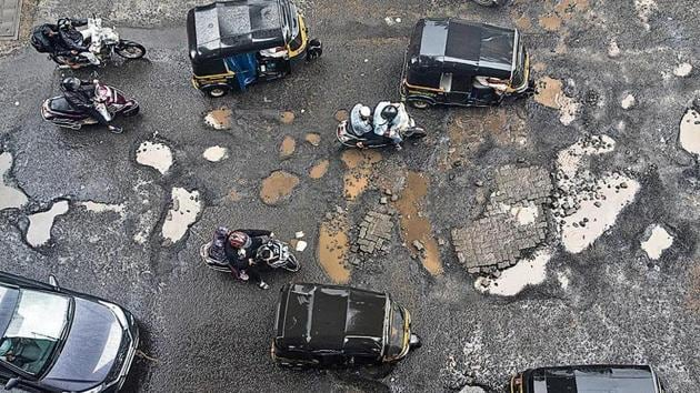 Potholes on the western express highway, in Andheri, on Thursday.(Satyabrata Tripathy/HT Photo)