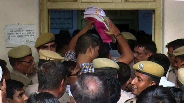 Rush outside the courtroom on the day of judgement in Pehlu Khan case in Alwar. The SIT pointed loopholes by each of the four investigating officers.(HT file photo)