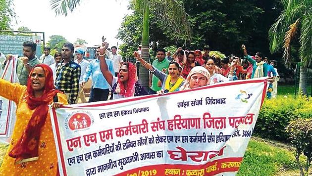 Around 3,000 workers under the National Health Mission (NHM) in Haryana held a protest outside the chief minister's residence in Karnal. The protests are likely to continue today.(Sourced)