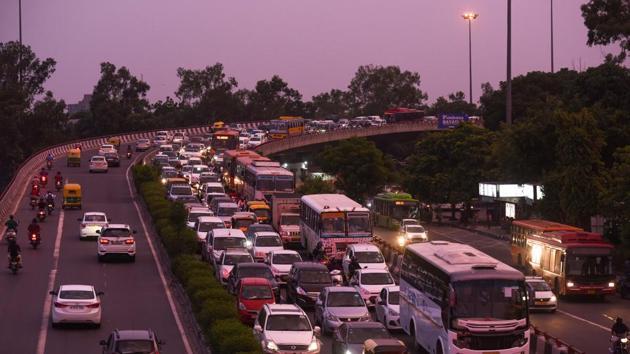 A view of heavy traffic at Lajpat Nagar, in New Delhi.(Amal KS/ Hindustan times)