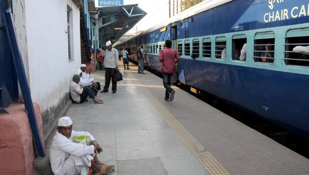 Commuters have been complaining about traffic bottlenecks on the station premises during peak hours as several vehicles are parked in the area near the station, which is illegal.(HT image)