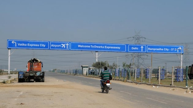 NHAI officials said that the contractor for package two has hired three companies, which are experts in transplantation, to carry out this elaborate exercise.(HT image)