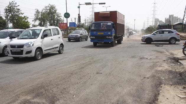 A recent study by Delhi's School of Planning and Architecture (SPA) lends credence to what residents and experts have known and highlighted for long—Gurugram is not a pedestrian friendly city.(Yogendra Kumar/HT PHOTO)