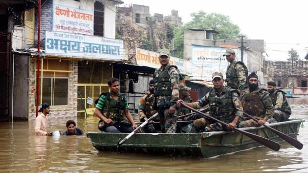 Kota: Army personnel carry out rescue operation in a flood affected area in Kota, Rajasthan.(PTI)