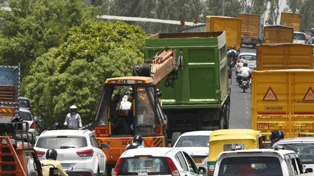 Traffic jams are often witnessed on the expressway due to the dearth of necessary infrastructure to tow away heavy vehicles that break down on the 28-km stretch(HT FILE)