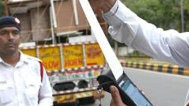 New Delhi, India - September 1, 2019: Delhi Traffic Police personnel issue a fine to a truck driver after the implementation of the amended Motor Vehicles Act that came into force today, near KG Marg in New Delhi, India, on Sunday, September 1, 2019. (Photo by Arvind Yadav/ Hindustan Times)(Arvind Yadav/HT PHOTO)