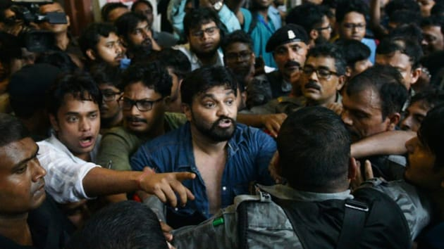 BJP leader Babul Supriyo argues with Left students of Jadavpur University while he was coming out after attending a meeting of ABVP at LP Badu hall of JU at Kolkata on September 19, 2019. (Photo Samir Jana/HT)