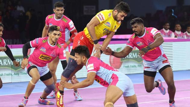 Jaipur defenders try to stop a Fortunegiants attacker.(PKL)