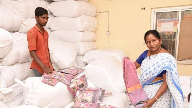Around 1.02 crore women in Telangana are expected to get the sarees under the TRS government's scheme.(HT PHOTO)