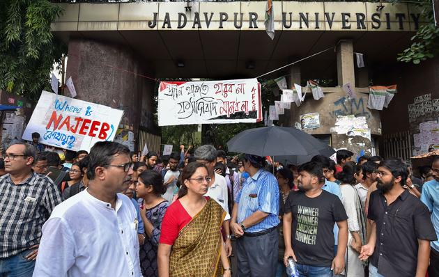 Debanjan Ballav, a college student who had allegedly heckled Union Minister Babul Supriyo at the Jadavpur university campus last month, has filed a police complaint claiming he was beaten up by Akhil Bharatiya Vidyarthi Parishad (ABVP) activists.(PTI Photo)
