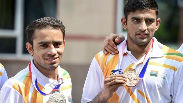 Boxers Amit Panghal and Manish Kaushik pose with their silver and bronze medals that they won at the recent World Boxing Championships(PTI)