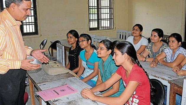 Of the 6000 sanctioned teacher posts in 252 government colleges in the state, 2300 are vacant(HT Photo)