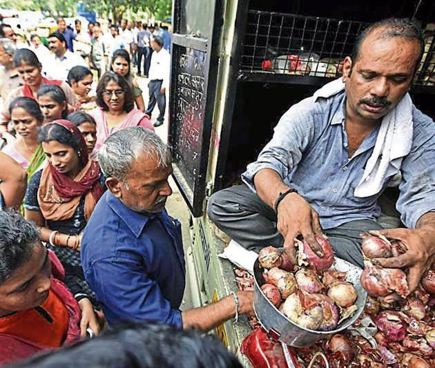 People stand in queue to buy onions sold at a subsidised rate of ₹22 per kg by the Central government outside Krishi Bhawan in New Delhi, on Tuesday.(Sonu Mehta/HT PHOTO)