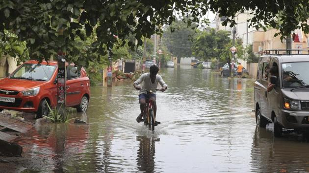 The heavy rains inundated several roads, colonies and low-lying areas in different parts of the city. There were traffic snarls in the upscale Banjara Hills, Jubilee Hills and IT hub like Madhapur.(AP Photo)