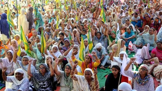 Members of different farmer unions protesting at the Mehmadpur village grain market in Patiala on Wednesday.(HT PHOTO)