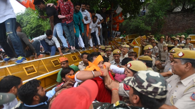 BJP workers protesting outside Delhi chief minister Arvind Kejriwal's residence after his comment against Manoj Tiwari on the National Register of Citizens in New Delhi, on Thursday , September 26 2019. (Photo: Amal KS/HT)