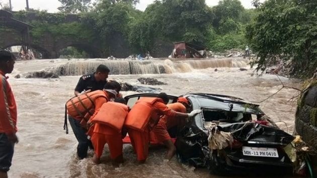 NDRF officials recovered the body of a man from a car found floating in flood water on Singhnad Road in Pune.(ANI / Twitter)