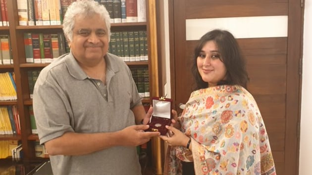 Harish Salve being presented Re 1 for appearing before the International Court of Justice in the case relating to Kulbhushan Jadhav. (Image tweeted by Swaraj Kaushal)