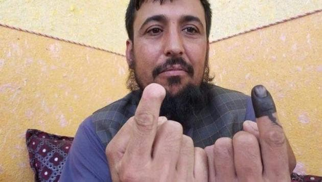 Taliban had earlier cut off Safiullah Safi's right forefinger for voting back in 2014.(Photo: @SamimArif/ Twitter)