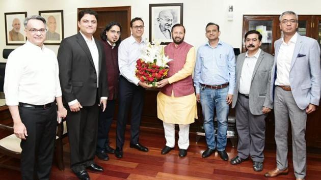 Information and Broadcasting Minister Prakash javadekar with a delegation of the Digital News Publishers' Association.(HT PHOTO)