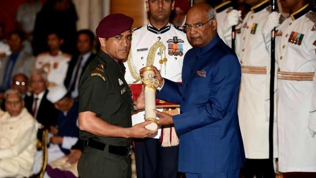 Former India captain MS Dhoni with President Ram Nath Kovind.(Reuters/File)