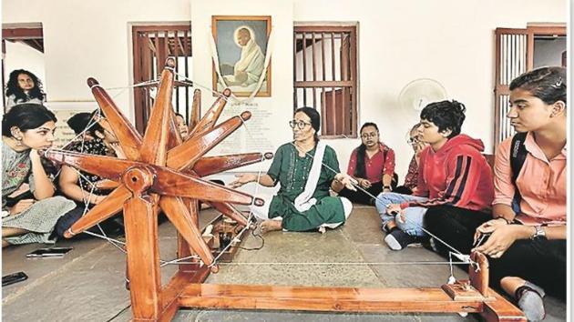Pratima behn, a communicator at the Sabarmati ashram, explains aspects of Gandhi's life.(Raj K Raj/HT)