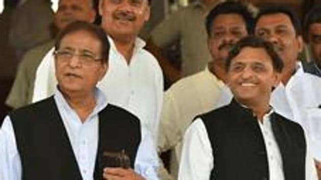 Samajwadi Party leader Azam Khan (left) with party president Akhilesh Yadav. The party has announced the candidature of Azam Khan's wife for bypolls to Rampur assembly seat.(PTI File)