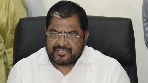 In a bid to control the soaring prices of onions, the central government on Sunday banned the export of the Indian kitchen staple with immediate effect. However, farmers' leader and Swabhimani Shetakri Sanghatana chief Raju Shetti criticised the central government's decision.(HT/PHOTO)