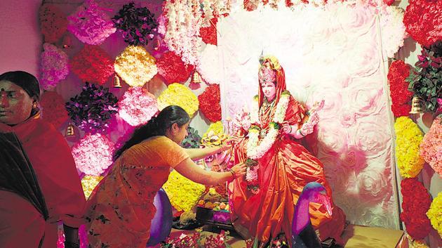This year, for their decor, the temple has recreated the Padmanabha temple based in Kerala. The idols of Goddesses Mahalakshmi, Mahasaraswati and Mahakali are beckoned with flowers.(Rahul Raut/HT PHOTO)