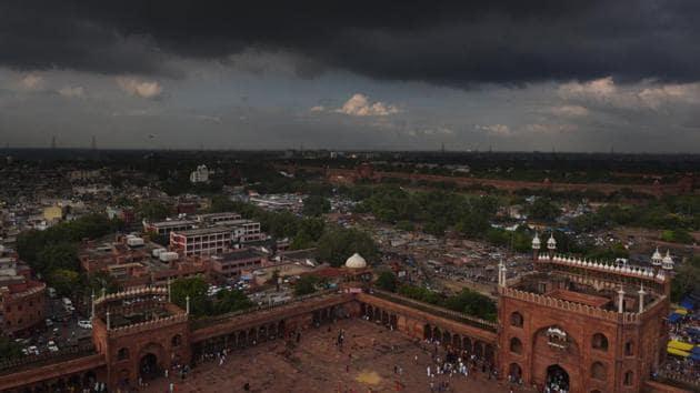 Rain clouds over the Jama Masjid in New Delhi,.(Sanchit Khanna/HT PHOTO)