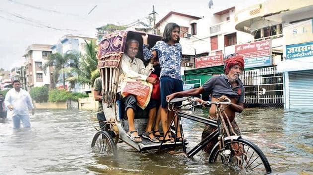 A cycle rickshaw driver moves through waterlogged roads of Patna.(Parwaz Khan / Hindustan Times)