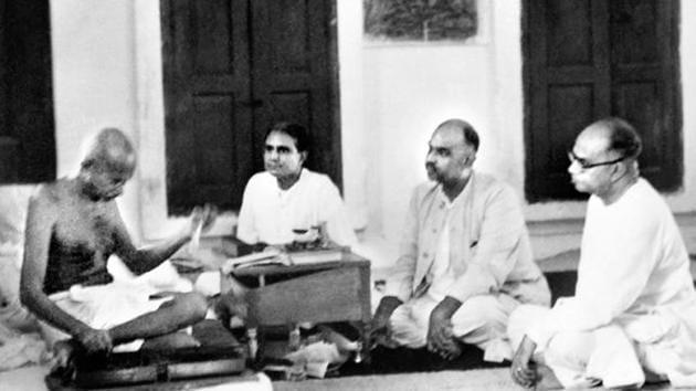 Mahatma Gandhi with Hindutva icon Syama Prasad Mookerjee, New Delhi, 1946.(Alamy Stock)