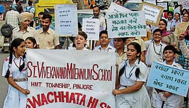 Students, teaching and non-teaching staff of St Vivekanand Millennium School demand plastic-free India.(HT Photo)